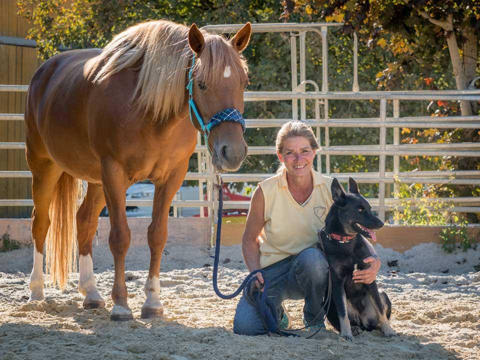 sybille aeschbach mit hund und pferd