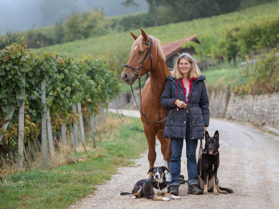 Sybille Aeschbach mit Hunden und Pferd